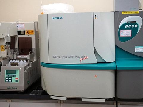 写真1.細菌同定薬剤感受性検査装置
